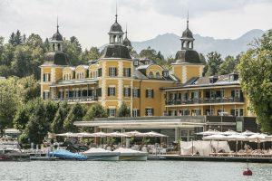 Das Falkensteiner Schlosshotel Velden zieht mit seiner farbenfrohen Fassade und den vier Türmen alle Blicke auf sich.