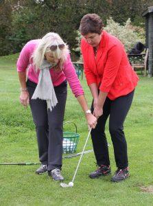 Feinfühlige Anleitung: Trainerin Elizabeth Höh mit Golfsport-Schülerin Irmgard Badura Foto: Huber