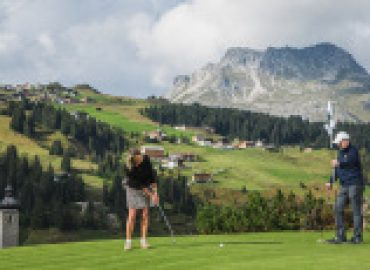 Golfspielen vor traumhafter Alpenkulisse
